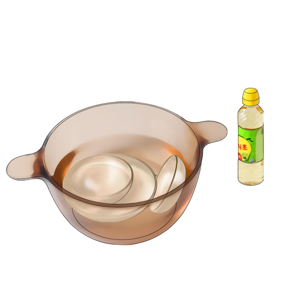 물과식초를 담은 냄비에 그릇을 넣어둔 이미지